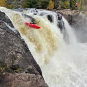 En cette belle journée d'automne 🍁@beatriceprovencher n'est pas aller de main morte avec une grosse pale gauche lui permettant de s'envoler 20 pieds dans les airs! 🚀🌊🚣🏻♂️  @wakakayaks @kayakdetail @wakakayakscanada #valin #river #rivièrevalin #waka #tutea